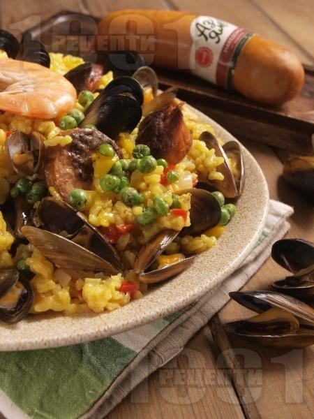 Паеля от бял ориз със зеленчуци, шафран, морски дарове (скариди, миди, октопод) и наденица - снимка на рецептата